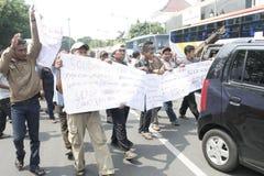 Público del aumento de la tarifa del vehículo de la basura de la acción de la protesta de los motoristas Imagen de archivo libre de regalías