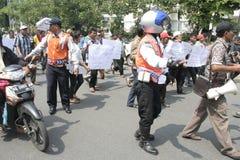 Público del aumento de la tarifa del vehículo de la basura de la acción de la protesta de los motoristas Imagen de archivo