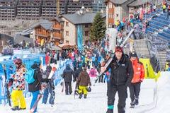 Público e técnicos na linha final da trilha do EL mais tarter, Andorra do aliga na raça 58 do FIS Ski World Cup alpino imagens de stock royalty free