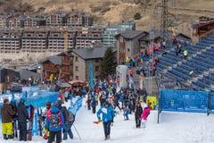 Público e técnicos na linha final da trilha do EL mais tarter, Andorra do aliga na raça 58 do FIS Ski World Cup alpino imagem de stock royalty free