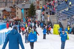 Público e técnicos na linha final da trilha do EL mais tarter, Andorra do aliga na raça 58 do FIS Ski World Cup alpino foto de stock