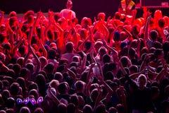 Público en proyector rojo Imagen de archivo libre de regalías