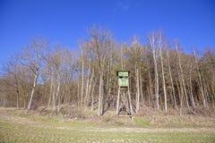 Púlpito de la caza en el borde de un bosque Imagenes de archivo