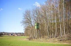 Púlpito de la caza en el borde de un bosque en primavera Imagen de archivo