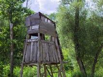 Púlpito de madera viejo de la caza en el fondo del bosque imágenes de archivo libres de regalías