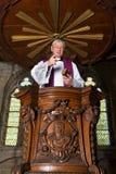 Púlpito y sacerdote antiguos Foto de archivo