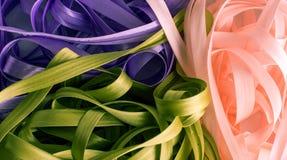 Manojo de cintas rosadas púrpuras y verdes Imagen de archivo