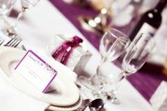 Púrpura de la tabla de la boda Imagen de archivo libre de regalías