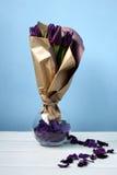 Púrpura de los tulipanes: enhorabuena, el 8 de marzo día internacional del ` s de las mujeres, el 14 de febrero día del ` s de la Imagen de archivo libre de regalías