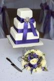 Púrpura del pastel de bodas y del ramo Fotos de archivo