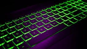 Púrpura del teclado del videojugador y contraluz verde imagen de archivo libre de regalías
