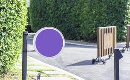 Púrpura firma adentro el jardín de la mañana imagenes de archivo