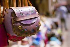 Púrpura, monedero de cuero Imagen de archivo