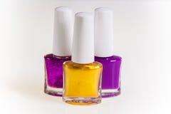 Púrpura y esmalte de uñas del oro fotografía de archivo
