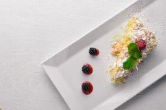Püree-Creme-Kuchen Auf einem hölzernen Hintergrund Lizenzfreies Stockfoto