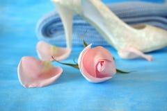 Pączek menchii róża, płatki, heeled but i trykotowy pulower, Zdjęcia Stock