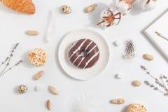 Pączek na białym talerzu na lekkim tle Skład z lawendą, bawełną i dokrętkami, obraz stock