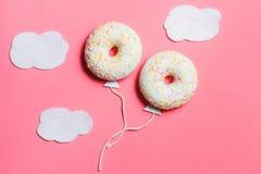 Pączek na menchiach, Kreatywnie Karmowy minimalizm, pączek w kształcie balon w niebie z chmurami, Odgórny widok z kopii przestrze Fotografia Stock