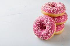 Pączek Słodki lodowacenie cukieru jedzenie Deserowa kolorowa przekąska Funda od wyśmienicie ciasta piekarni śniadaniowego torta P fotografia stock