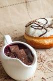 Pączek z dżemem nawadniał białą czekoladę Ciemna czekolada, dojny cho Obrazy Royalty Free
