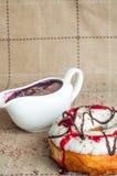 Pączek z dżemem nawadniał białą czekoladę Ciemna czekolada, dojny cho Fotografia Stock