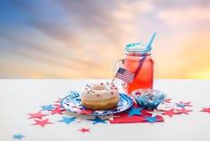 Pączek z sokiem i cukierkami na dniu niepodległości obrazy stock