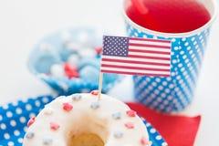 Pączek z sokiem i cukierkami na dniu niepodległości obraz royalty free