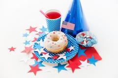 Pączek z sokiem i cukierkami na dniu niepodległości zdjęcie stock