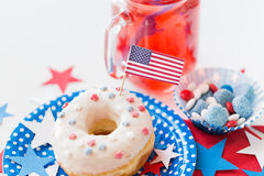 Pączek z sokiem i cukierkami na dniu niepodległości obraz stock
