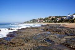 Pąkla i skałoczep Zakrywać skały przy Niskim przypływem Zdjęcia Royalty Free