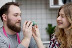 Pękać Barwionych Wielkanocnych jajka Fotografia Royalty Free