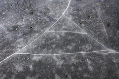 Pęknięcia na lodzie na jeziorze obraz stock