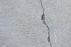 Pęknięcie na cementowej footpath teksturze, tle i zdjęcia stock