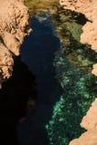 Pęknięcie w ziemi Szczelina w ziemi pełno czysta woda morska Rezultat trzęsienie ziemi Obraz Royalty Free