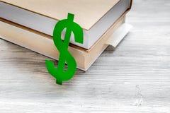 Płacący edukację ustawiającą z dolarowym znakiem na białym stołowym odgórnym widoku Zdjęcie Royalty Free