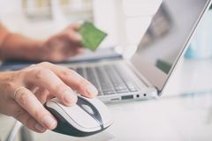 Płacić online z kredytową kartą obraz royalty free