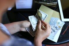 Płacić rachunek przy restauracją Zdjęcia Stock