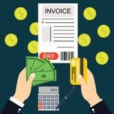 Płacić rachunki i faktury, ręki mienia pieniądze Zdjęcie Royalty Free