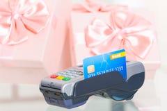Płacić z kredytem lub karta debetowa dla prezenty Obraz Stock