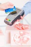 Płacić z kredytem lub karta debetowa dla prezenty Obrazy Royalty Free