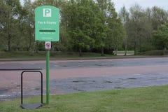 Płaci carpark znaka wynagrodzenia bileta grzywny pojazdu skrytki parka przestrzenie i wystawia pusty parking samochodowy zdjęcie stock