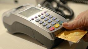 Płaci dla zakupów, wkłada bank kartę w terminal, HD Obrazy Royalty Free
