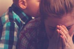 Płaczący nieszczęśliwej matki z dzieckiem w domu zdjęcia stock