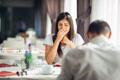 Płaczący zaakcentowanej kobiety w strachu, mieć rozmowę z mężczyzna o problemach Reakcja negatywny wydarzenie, obchodzi się złą w zdjęcie royalty free