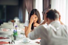Płaczący zaakcentowanej kobiety w strachu, mieć rozmowę z mężczyzna o problemach Reakcja negatywny wydarzenie, obchodzi się złą w fotografia stock