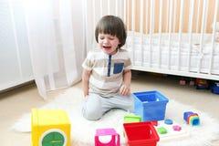 Płacz chłopiec rozprasza zabawki zdjęcie royalty free