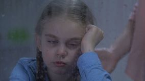 Płacz dziewczyna patrzeje na deszczu, macierzysty krzyczeć, niezręczny wiek, wychowywa problemy zbiory