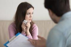 Płacz kobieta jest wzburzona podczas gdy konsultujący z psychoterapeuta, psy fotografia royalty free