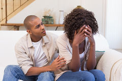 Płacz kobieta no słucha jego wymówki obraz royalty free