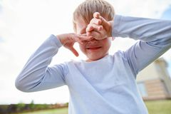 Płacz Little Boy na boisku zdjęcie stock